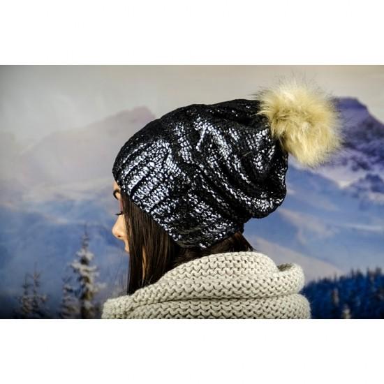 Дамска зимна шапка с лъскав ефект и еко помпон в сребристо