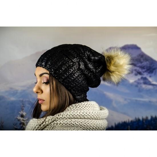 Дамска зимна шапка с лъскав ефект и еко помпон в черно