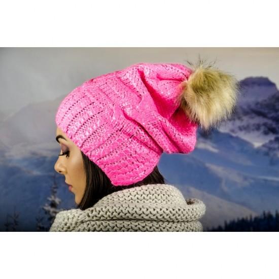 Дамска зимна шапка с лъскав ефект и еко помпон в розово