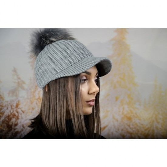Плетена дамска шапка с козирка и помпон в сиво