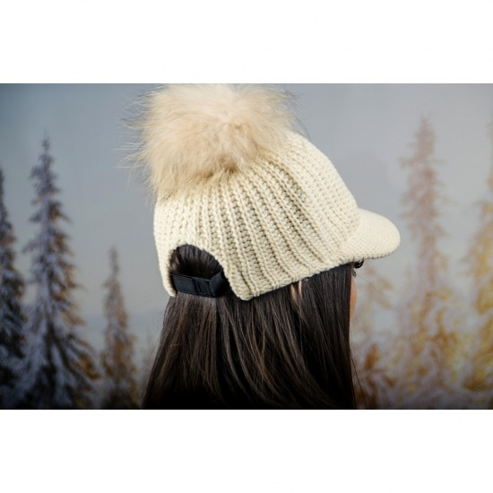 Плетена дамска шапка с козирка и помпон в екрю