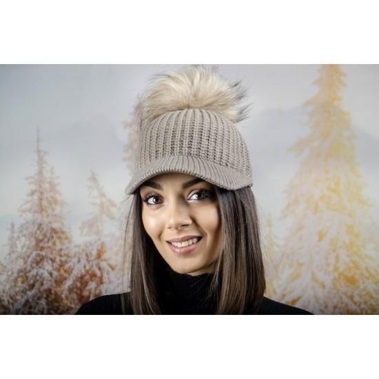 Плетена дамска шапка с козирка и помпон в светлокафяво