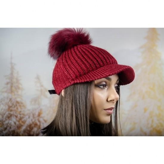 Плетена дамска шапка с козирка и помпон в бордо