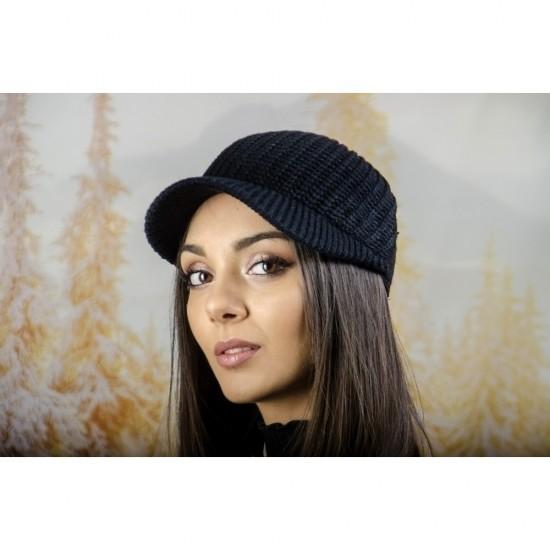 Плетена дамска шапка с козирка в черно