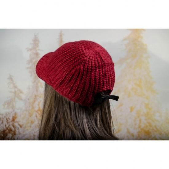 Плетена дамска шапка с козирка в бордо