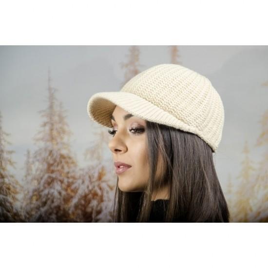 Плетена дамска шапка с козирка в екрю
