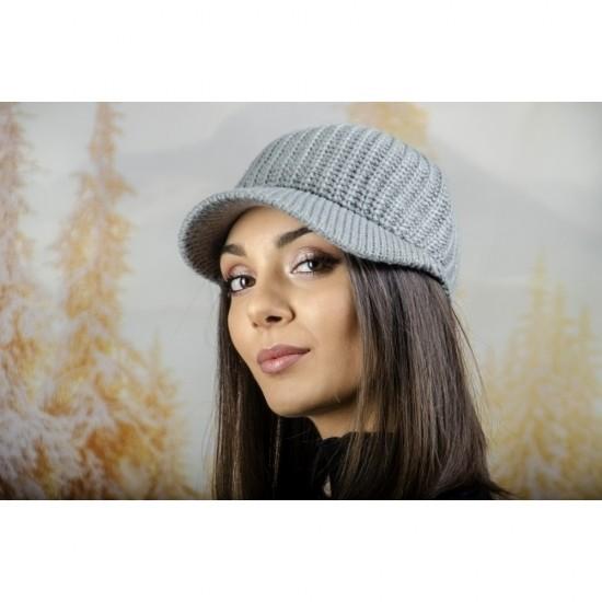 Плетена дамска шапка с козирка в сиво