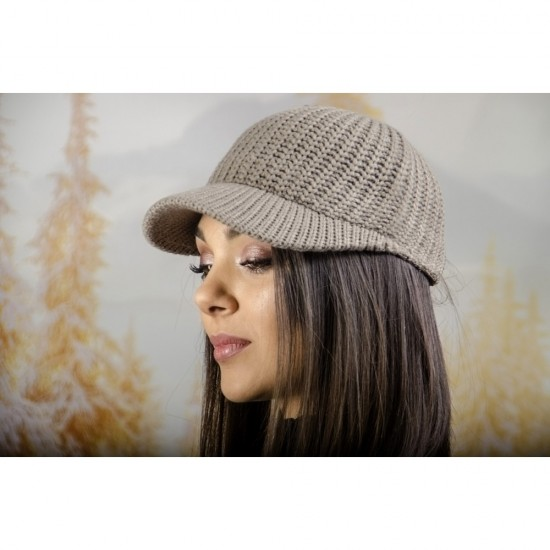 Плетена дамска шапка с козирка в светлокафяво
