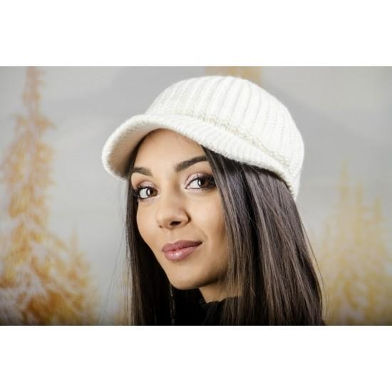 Плетена дамска шапка с козирка в бяло