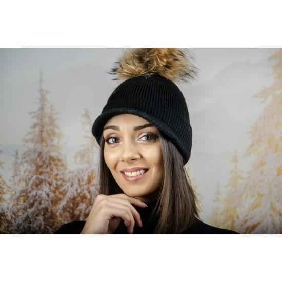 Плетена дамска шапка с помпон и козирка в черно