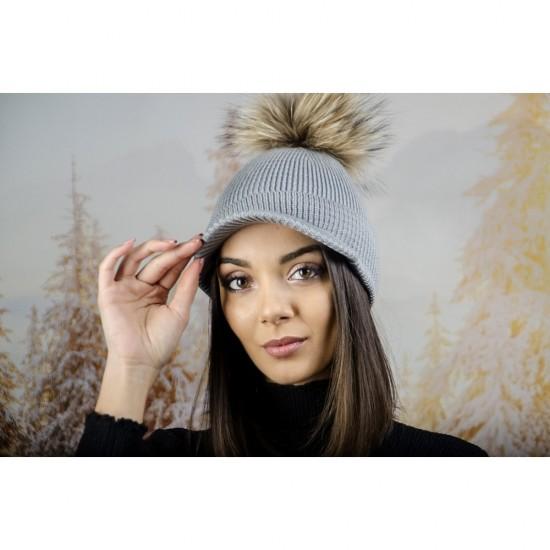Плетена дамска шапка с помпон и козирка в светлосиво
