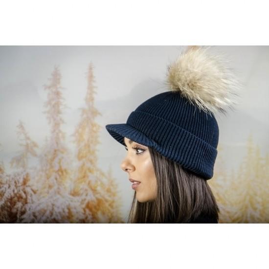 Плетена дамска шапка с помпон и козирка в тъмносиньо