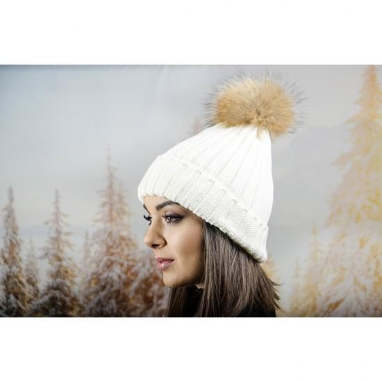 Дебела дамска плетена шапка в бяло