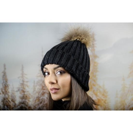 Дебела дамска плетена шапка в черно