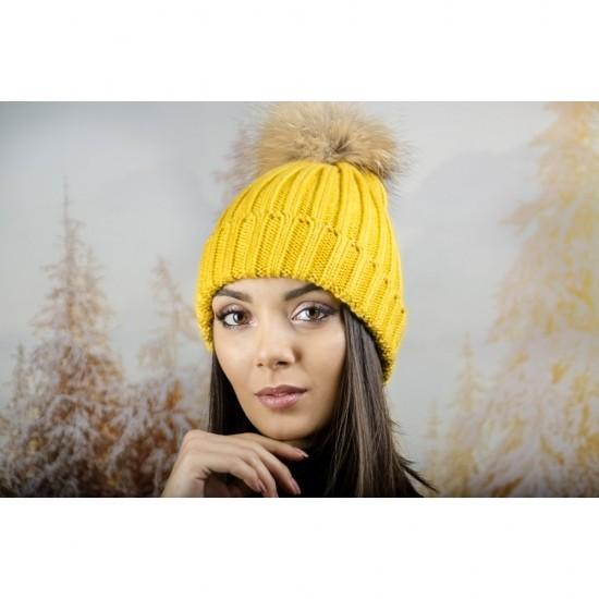 Дебела дамска плетена шапка в жълто