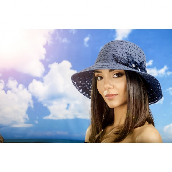Дамска лятна шапка плетена с цвете в синьо