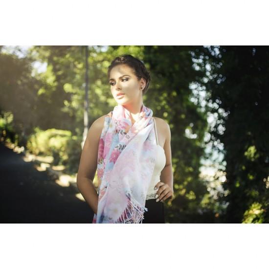 Дамски летен шал с цветя на син фон