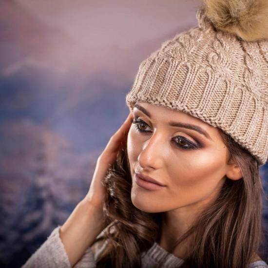 Дамска зимна шапка в светлокафяво