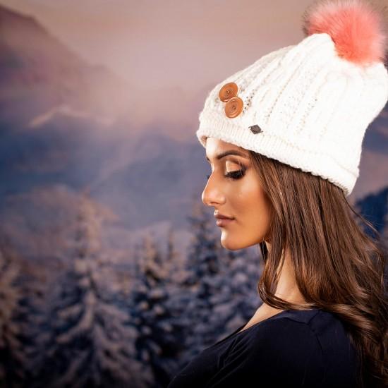Дамска зимна плетена шапка с копчета