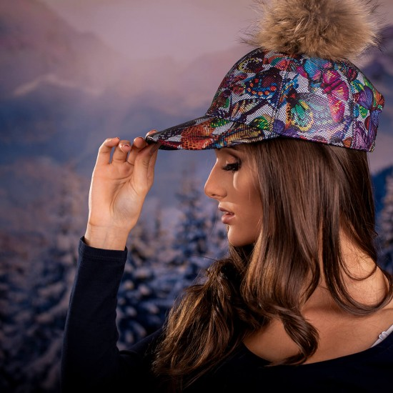 Дамска шапка с козирка и помпон от енот