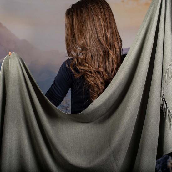 Дамски едноцветен шал в сиво