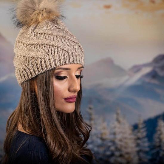 Дамска зимна шапка с помпон естествен пух светлокафява