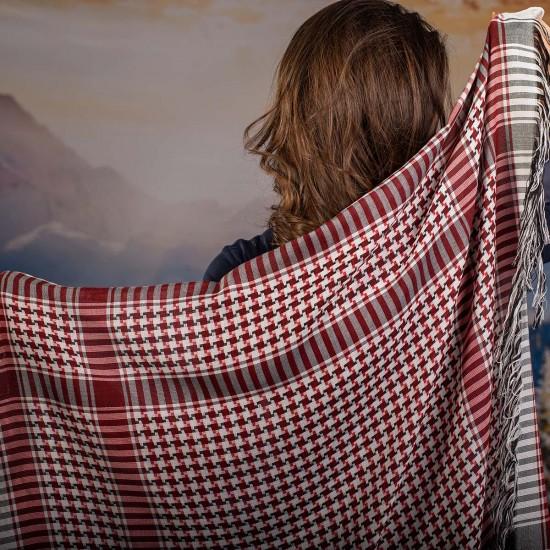 Дамски шал в червено, бяло и черно