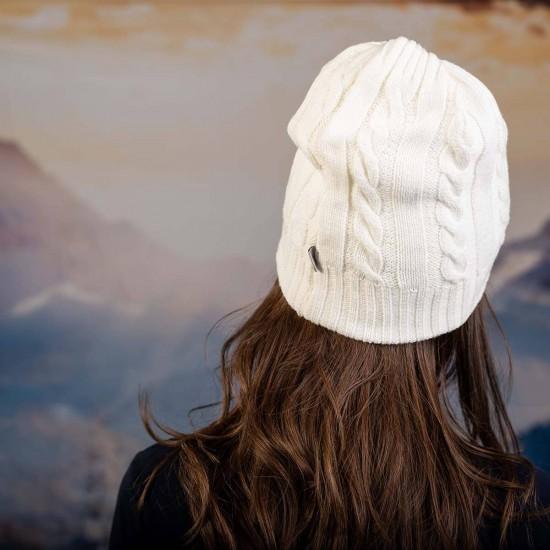 Бяла плетена дамска шапка
