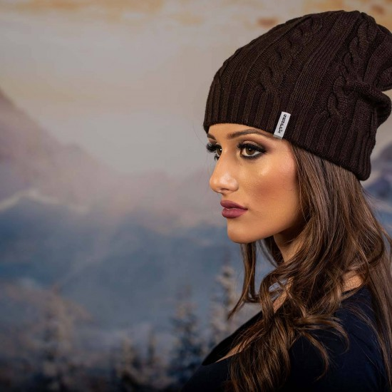 Кафява плетена дамска шапка