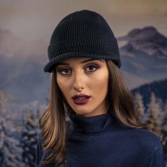 Дамска зимна шапка с козирка в тъмносиньо