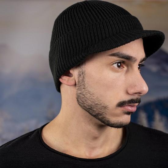 Мъжка зимна шапка с козирка в черно