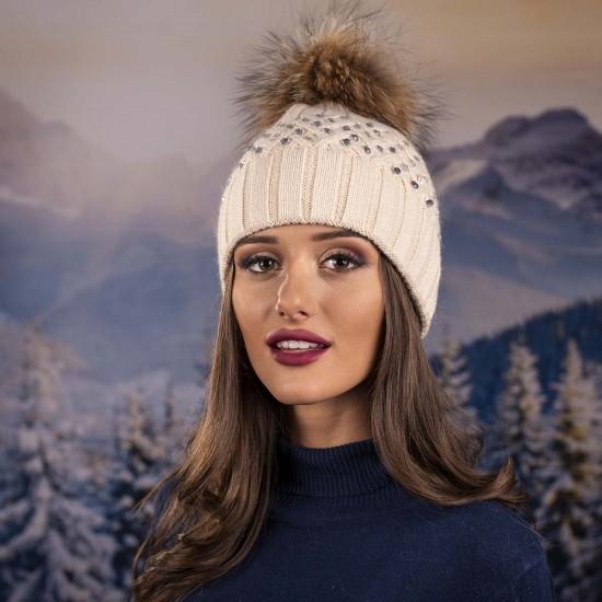 Дамска зимна шапка с камъчета в цвят шампанско