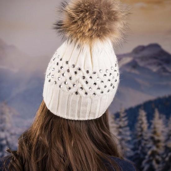 Бяла дамска зимна шапка с камъчета