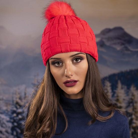 Плетена дамска зимна шапка червена с камъчета
