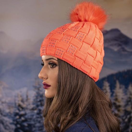Плетена дамска зимна шапка с камъчета