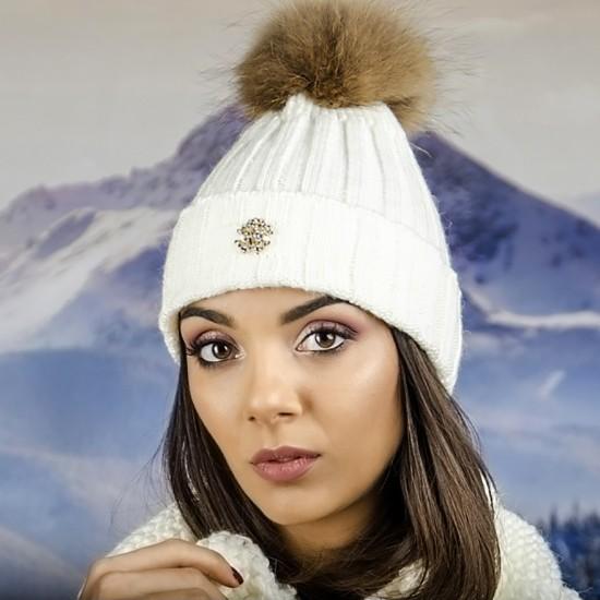 Бяла дамска плетена шапка