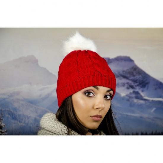 Дамска плетена шапка в червено